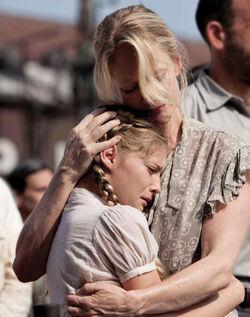 Prim abrazando a su madre