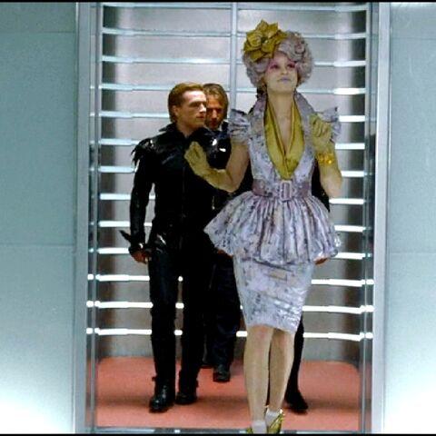 Трибуты выходят из лифта на 12-ом этаже