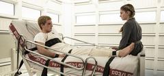 Prim hablando con Peeta durante su rehabilitación