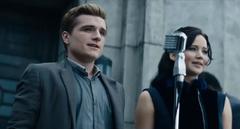 Peeta y Katniss dando su primer discurso