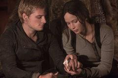 Katniss vendando a Peeta