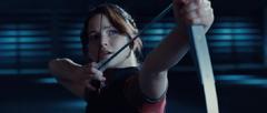 Katniss lanzando una flecha a los vigilantes