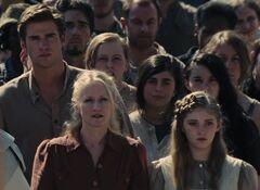 Gale, Prim y la Sra. Everdeen en la cosecha