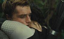Китнисс обнимает спасённого Финником Пита