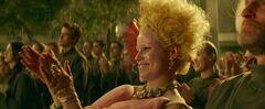 Effie aplaudiendo en el Distrito 13