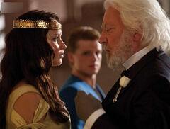 Katniss y Snow durante la coronación
