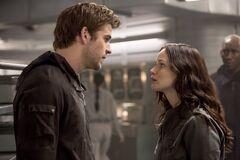 Katniss hablando con Gale en el Comedor