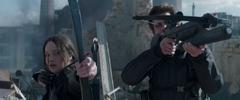 Katniss y Gale disparando en el Distrito 8