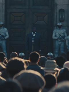 Alcalde del 11 anunciando a Katniss y Peeta