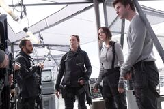 Jackson presentando a Homes a Katniss y Gale