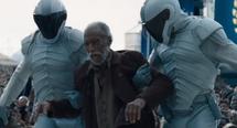 Agentes de la paz sometiendo al anciano