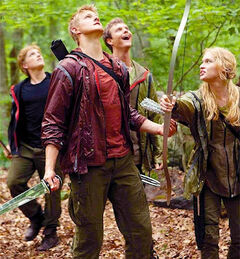 Los profesionales viendo a Katniss sobre el árbol