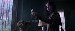 Katniss sosteniendo la rosa