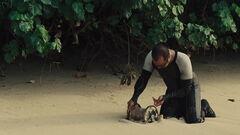 Beetee enrollando un alambre en la arena