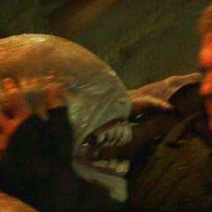 Пит Мелларк борется с ящером-переродком