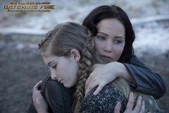 Prim y Katniss abrazadas