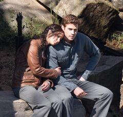 Katniss y Gale con los uniformes del 13
