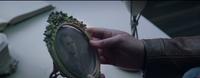 Katniss sosteniendo la foto de su padre