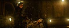 Katniss pelenado con los mutos