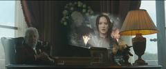 Snow viendo la propo de Katniss en el Distrito 8