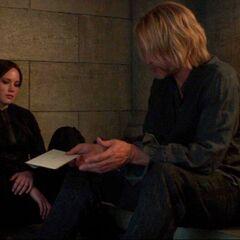 Хеймитч читает Китнисс письмо Плутарха