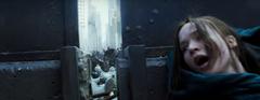 Katniss escondiéndose de los disparos