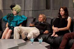 Effie, Haymitch y Katniss viendo los resultados