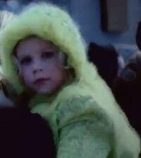 Niña del Abrigo amarillo limón