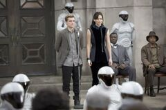 Katniss y Peeta en el Distrito 11 durante la Gira de la Victoria