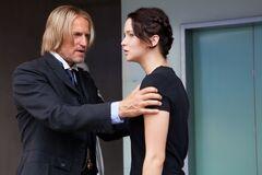 Haymitch tranquilizando a Katniss