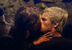 Katniss besando a Peeta por primera vez