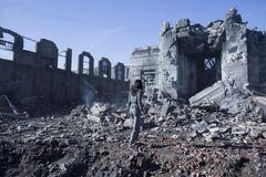 Katniss viendo el Edificio de Justicia destruído