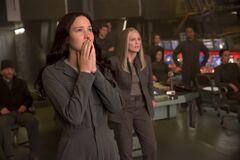 Katniss viendo la misión de rescate desde el Comando