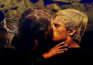 Китнисс целует Пита