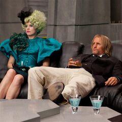 Effie y Haymitch mirando los resultados