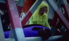 Niña del abrigo amarillo llorando