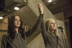 Still de Katniss junto a Coin