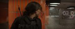Katniss escondiéndose de Agentes de la paz