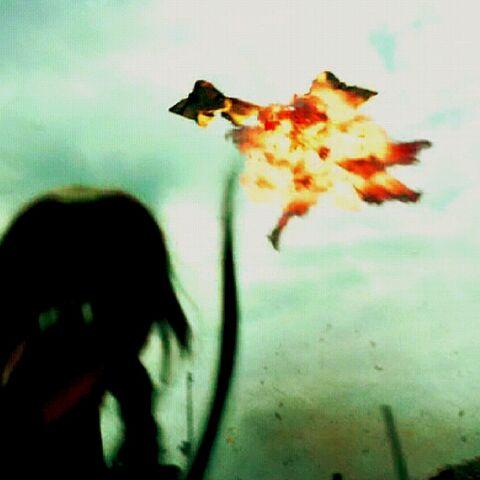 Китнисс сбила планолет своей стрелой!
