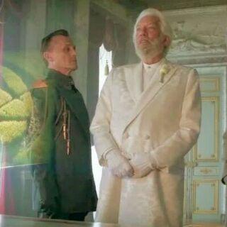Президент Сноу со своими министрами в одной из комнат своего дворца