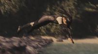 Enobaria esquivando una flecha de Katniss