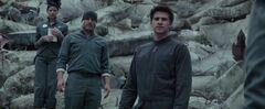 Effie, Haymitch y Gale viendo el 13 luego del bombardeo