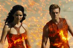 Katniss y Peeta en llamas durante el desfile