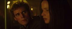 Finnick observando a Katniss
