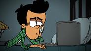 S3E09B Bobby menggunakan laptopnya dalam gelap ketika berbicara dengan Lori