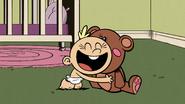 S2E12B Lily memeluk boneka beruang itu