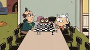 S2E25B Lincoln dan Lynn Sr. bermain catur