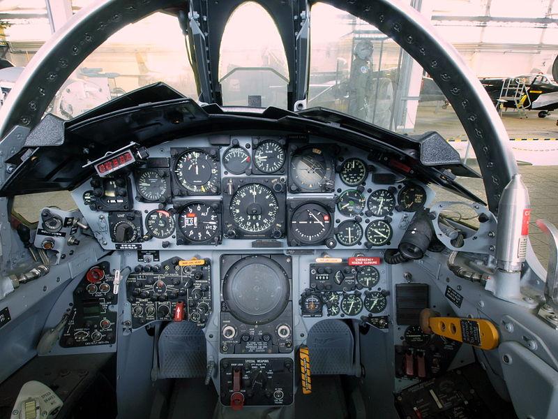 800px-Luftwaffe F-104 Starfighter cockpit 25+29 pic2