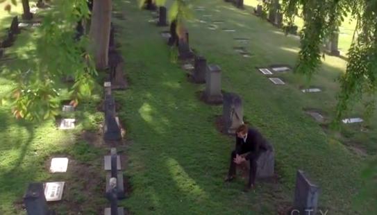 Screenshot 4x23 Jane am Grab seiner Frau und Tochter