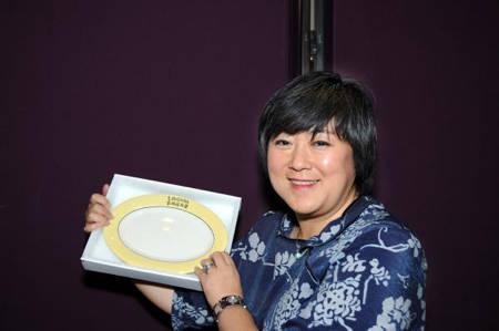 File:Linda displaying lingnan plate.jpg